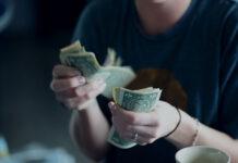Chwilówki są spłacane zwykle jednorazowo. To szybkie pożyczki gotówkowe w niskiej kwocie, które pozwalają doraźnie podbudować budżet domowy. Jednocześnie w firmach można skorzystać z pożyczek spłacanych ratalnie, które ułatwiają klientom wywiązanie się z zobowiązania. Jeśli klient nie jest w stanie spłacić pożyczki w terminie, może skorzystać z różnych rozwiązań, m.in. konsolidacji, refinansowania czy też prolongaty chwilówki. Na czym to polega? Konsolidacja chwilówek po terminie Przez pojęcie konsolidacji należy rozumieć połączenie ze sobą różnych zobowiązań finansowych. W bankach w tym celu udzielane są gotówkowe lub hipoteczne kredyty konsolidacyjne, pozwalające na rozłożenie spłaty długów na dłuższy czas, co jednak powoduje jednocześnie wzrost ogólnych kosztów kredytowania. Banki zresztą rzadko kiedy przychylają się do wniosków klientów o konsolidację chwilówek. Te z kolei można bez trudu połączyć z wykorzystaniem pożyczki konsolidacyjnej z firmy pozabankowej. Możliwa jest nawet konsolidacja chwilówek po terminie spłaty, gdy firma zaczęła już naliczać odsetki karne od zaległości. Kwota konsolidacji obejmie wówczas nie tylko kapitał pożyczki i przyznane od niego odsetki czy inne opłaty, ale i kary finansowe. Dzięki konsolidacji chwilówek po terminie można pozbyć się długów, uwolnić się od karnych opłat, a jednocześnie skutecznie przesunąć termin spłaty zobowiązań. Refinansowanie chwilówek W przypadku gdy klient ma do spłaty tylko jedną chwilówkę, ale nie jest w stanie tego zrobić w wyznaczonym terminie, może postarać się o refinansowanie w tej samej lub innej firmie. Owe refinansowanie to zamiana jednego zobowiązania na inne, co umożliwia wydłużenie terminu spłaty, a często też zmianę warunków kredytowania na lepsze. Najczęściej dotyczy to tylko jednej, udzielonej uprzednio pożyczki i umożliwia rozłożenie płatności chwilówki na raty. Prolongata chwilówki Zamiast konsolidacji chwilówek po terminie czy refinansowania pożyczki można dokonać jej prolongaty, inaczej p